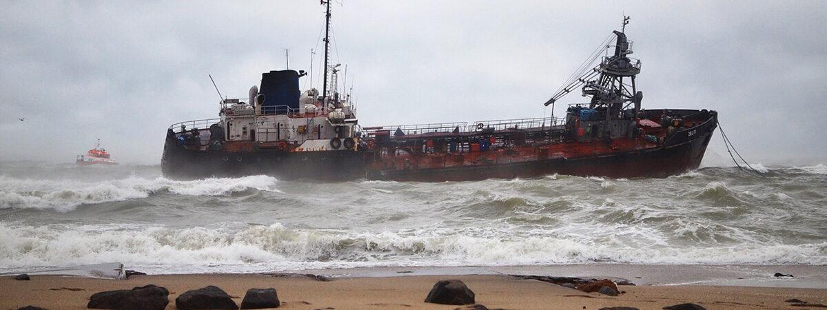 Суд наложил арест на аварийный танкер Delfi и позволил АМПУ его убрать