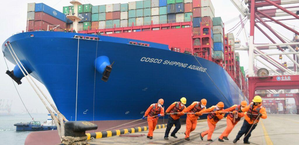 Швартовка контейнеровоза в порту Циндао, провинция Шаньдун, Китай.