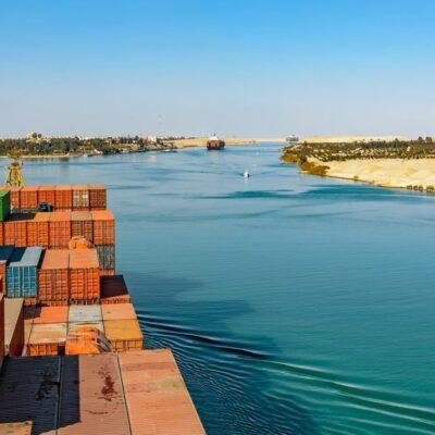 Последствия инцидента с контейнеровозом-двадцатитысячником Ever Given, в течение недели перекрывавшего Суэцкий канал, начали проявляться в дефиците мощностей крупнейших портов и росте фрахтовых ставок на контейнерные перевозки