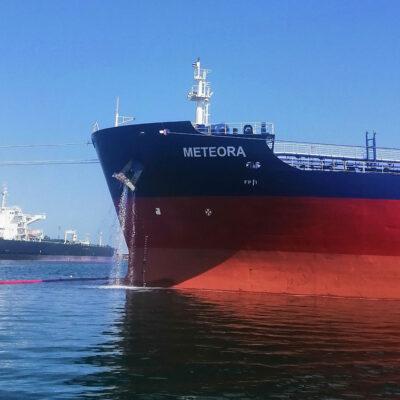 Одесский порт одновременно обрабатывает два танкера