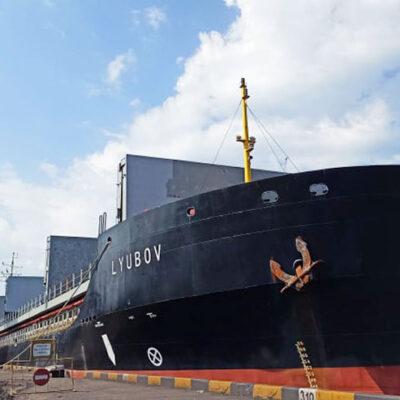 Госстивидор «Южный» обрабатывает судно Lyubov