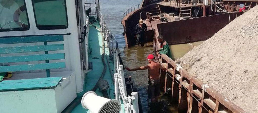 Спасатели оказали помощь экипажу баржи на Каховском водохранилище
