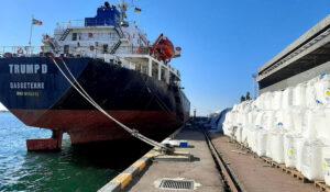 «Пивденный» переваливает селитру безопасным способом — администрация порта