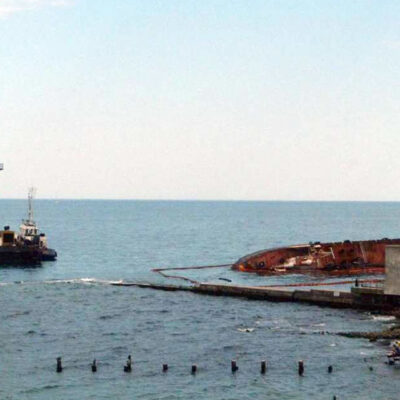 Возле затонувшего танкера Delfi начали чистить дно