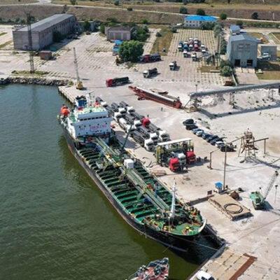 В Очакове разгрузили первый танкер с битумом