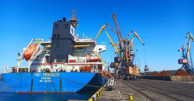 Госстивидор «Южный» перегружает партию никелевой руды из Гватемалы