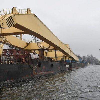Самый мощный в Европе плавкран прибыл для достройки мостов в Запорожье