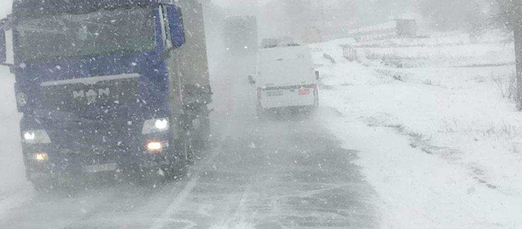 На Одесской трассе образовалась 30-километровая пробка из-за снегопада — ГСЧС