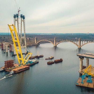 Плавкран «Захарий» вернется к строительству Запорожского моста в июне