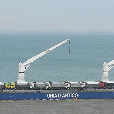 Одесский порт принял судно с грузовиками и оборудованием из Китая