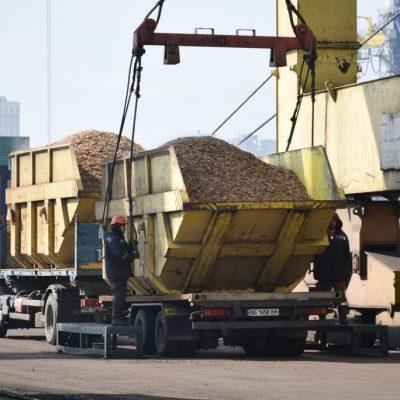 Госстивидор «Черноморск» перегружает щепу и разгружает спецтехнику на первом грузовом районе