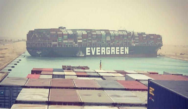 Египет арестовал блокировавший Суэцкий канал контейнеровоз до уплаты штрафа