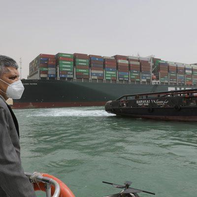 Египет продлил полномочия главы администрации Суэцкого канала еще на год