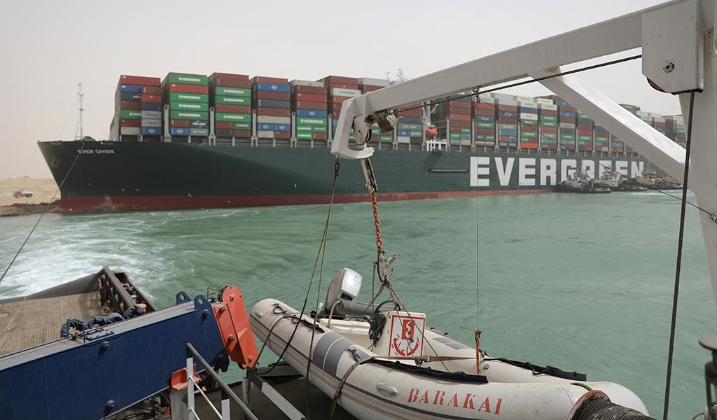 На эвакуацию застрявшего в Суэцком канале суперконтейнеровоза могут уйти недели