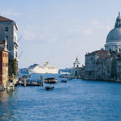 Италия запретила большим круизным судам заходить в Венецию