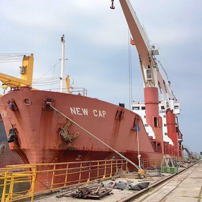 Завод «Океан» принял в ремонт сухогруз под флагом Либерии