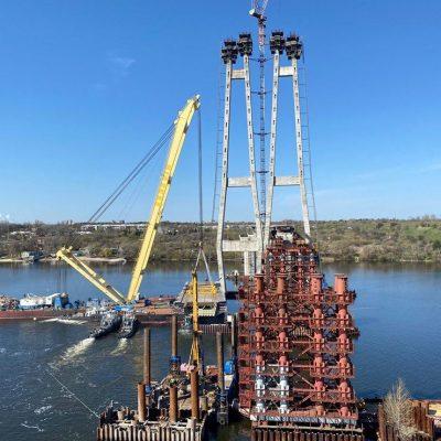 Кран «Захарий» установил первую секцию вантового моста в Запорожье