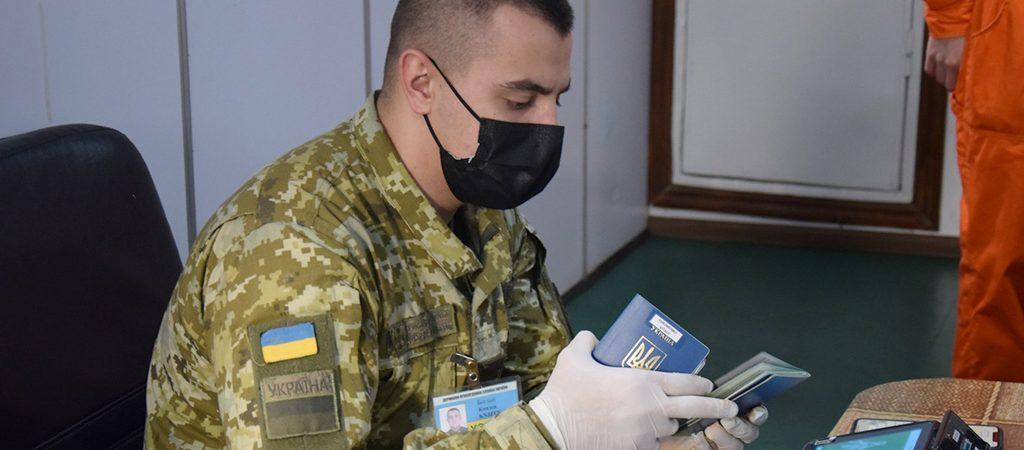 Троим российским морякам запретили въезд в Украину из-за посещения Крыма