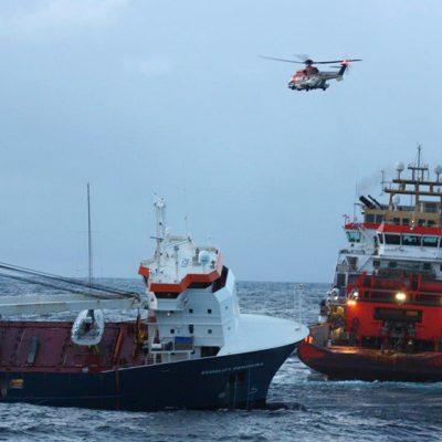 Терпевшее крушение у берегов Норвегии крановое судно буксируют в порт