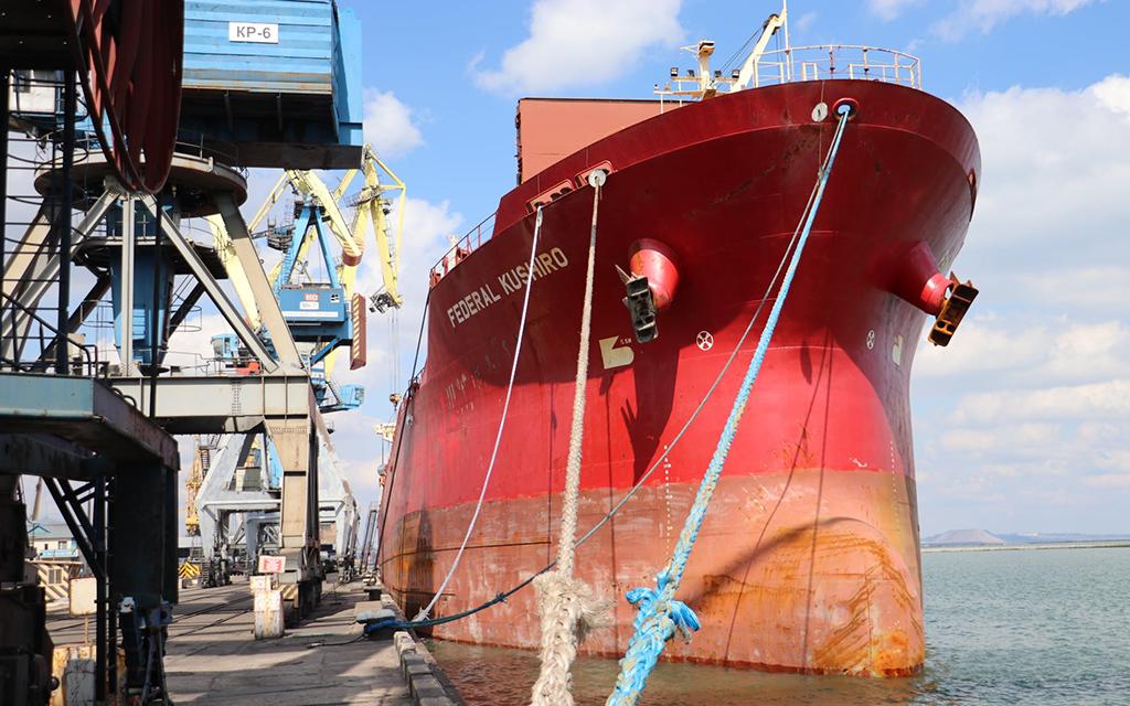 Мариупольский порт обрабатывает одновременно девять судов