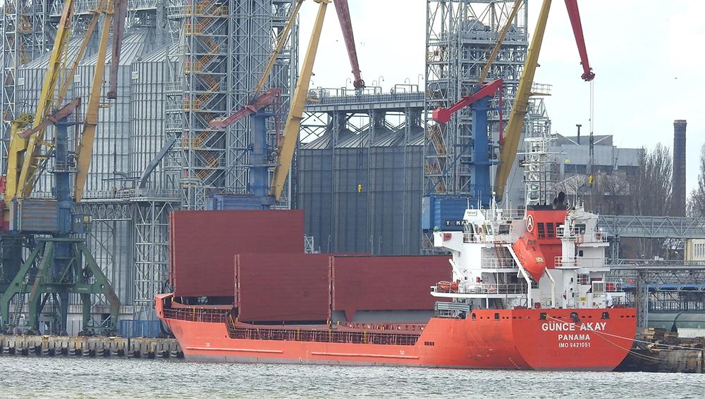 Николаевский порт обрабатывает одновременно пять балкеров