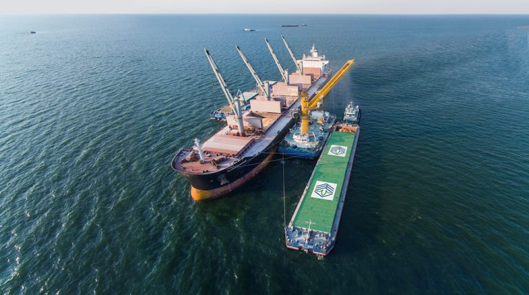 Первый плавкран «Нибулона» преодолел рубеж перевалки 10 млн тонн