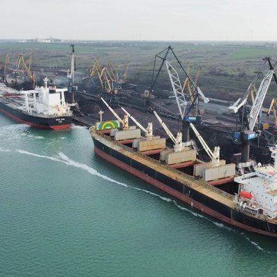 Порт «Пивденный» обрабатывает одновременно восемь судов