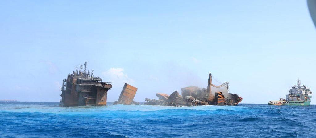 Взорвавшийся у берегов Шри-Ланки контейнеровоз с опасным грузом начал тонуть