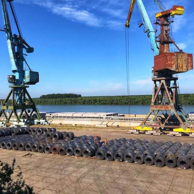 Госстивидор РМТП перегружает очередную партию прибывшего по реке из Запорожья металла