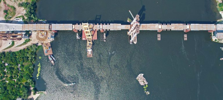 В Запорожье завершают монтаж последней секции вантового моста через Днепр