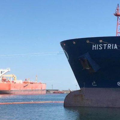 Нефтегавань Одесского порта обрабатывает одновременно два танкера