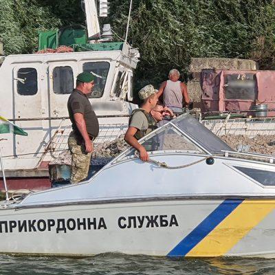 Пограничники задержали на Дунае заблудившийся буксир с баржами