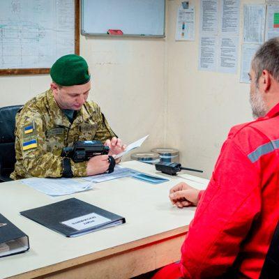 Пограничники запретили въезд 12 морякам с выданными в Крыму паспортами