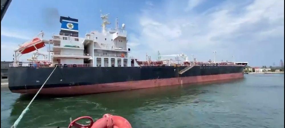 Буксиры ГП «ОМТП» провели танкер из Одесского порта