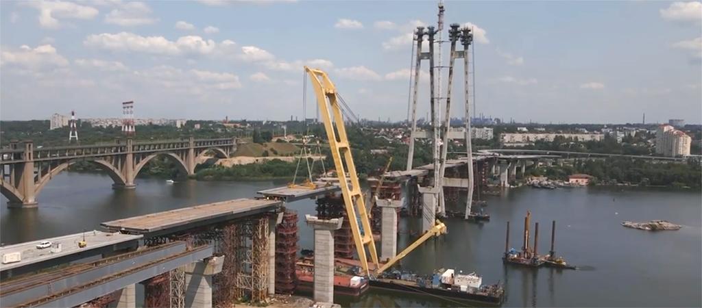 Плавкран «Захарий» соединил Хортицу и центр Запорожье последней секцией прогона вантового моста