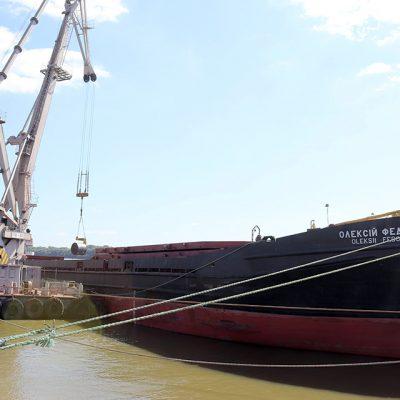 Госстивидор ИЗМ МТП разгрузил судно при помощи плавкрана